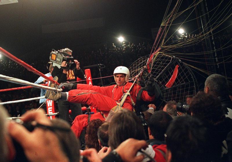 the fan man enredado en las cuerdas del ring